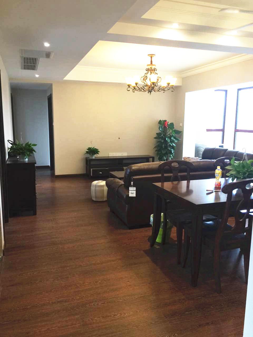 选购美式中最为常见的深棕色皮沙发及造型圆润的餐桌椅来统一风格。