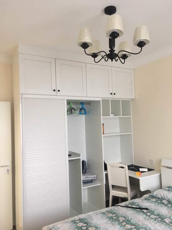 次卧一下转换为清新风格,棉麻床单配纯白色家具,耐看又实用,和谐搭配让空间在视觉中舒展流畅。