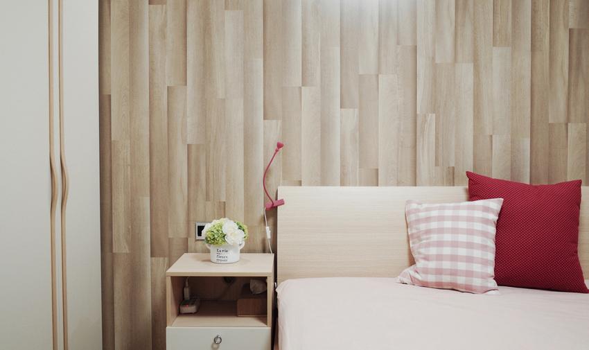 卧室的配色温暖又不跳跃,大片的仿木墙纸让房间风格趋于森女系。