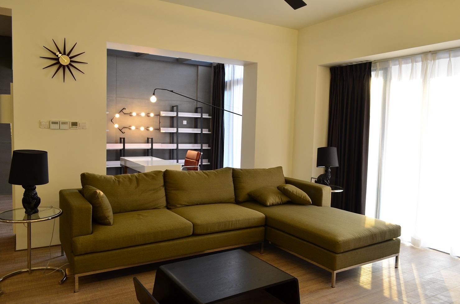 沙发两边的黑色的台灯,以及墙上的表针装饰简约时尚