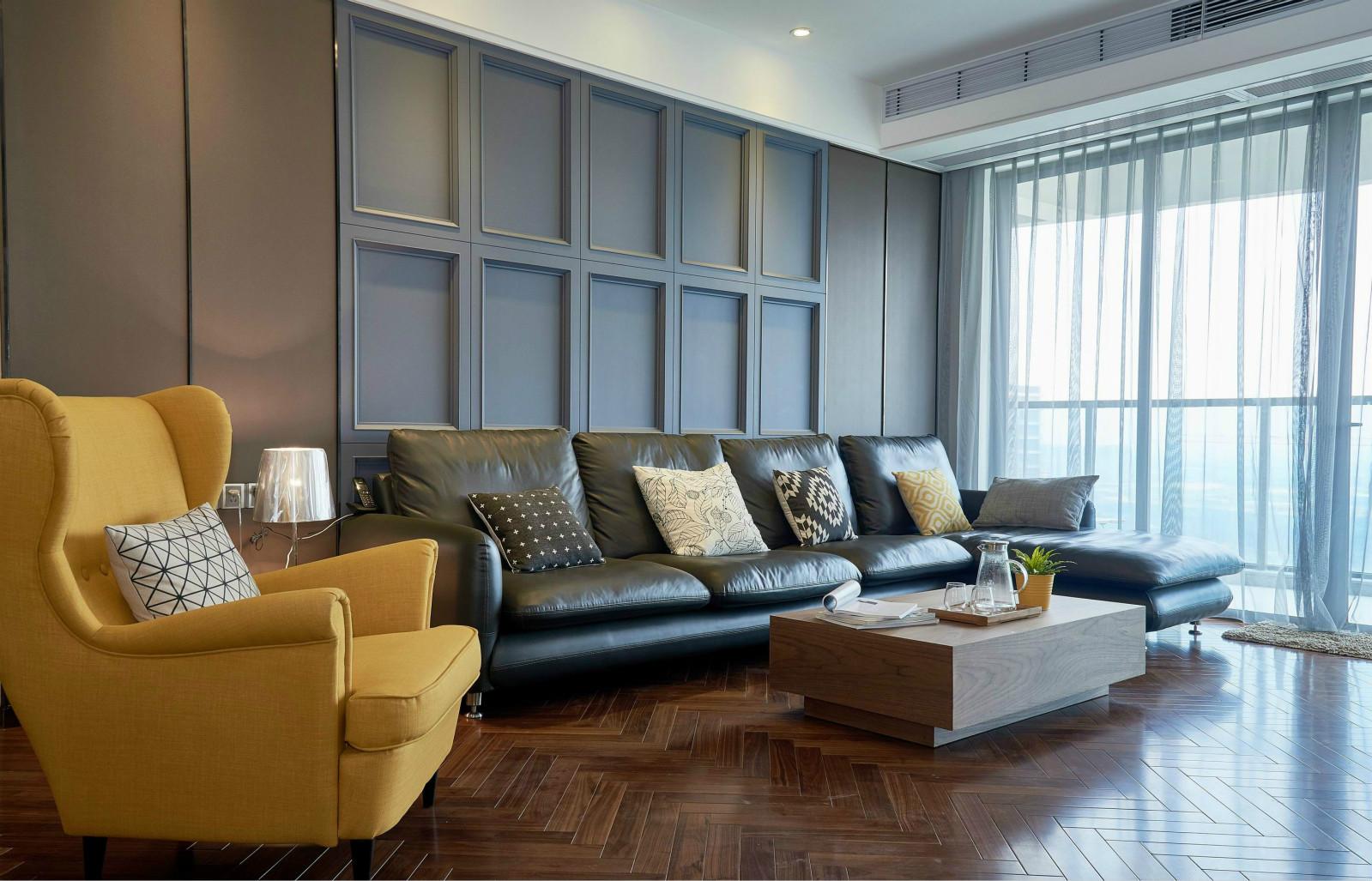 客厅还是比较简约大气的,黑色皮质沙发以及木质茶几很是简洁
