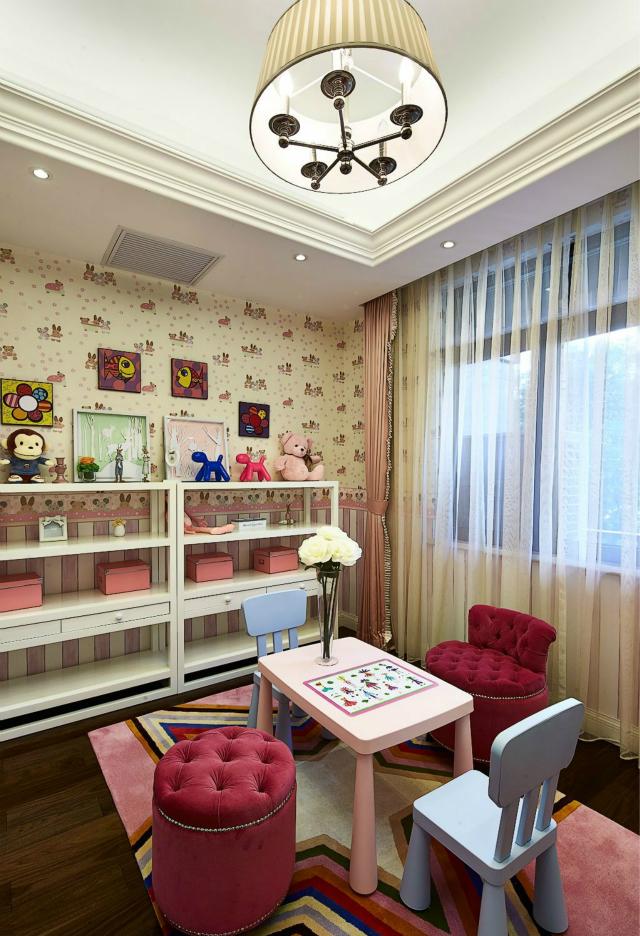 粉色墙纸设计加上公主系的床,带来了小女孩的甜蜜味道,小熊布偶带来了童趣。