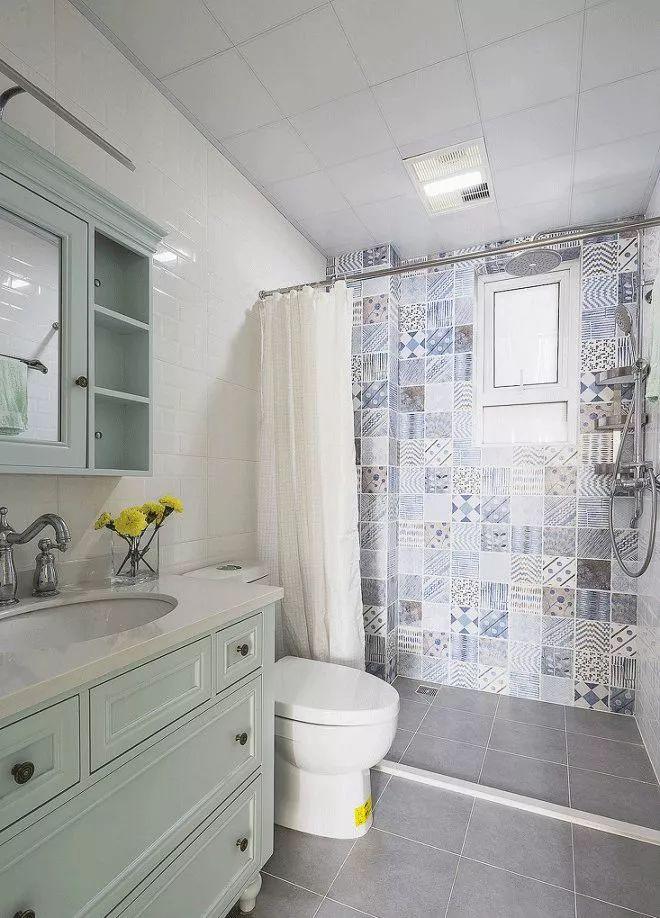 卫生间就用防水帘做简单的干湿分区,能有效节省小户型的空间。