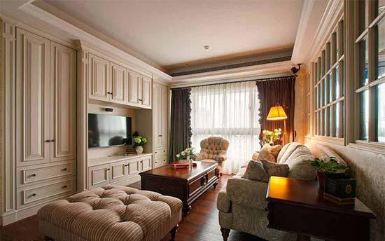 来到客厅,整道古典线板的白色柜面,结合收纳机柜等多元机能,对尊贵生活与实用性有了更具象的演绎。