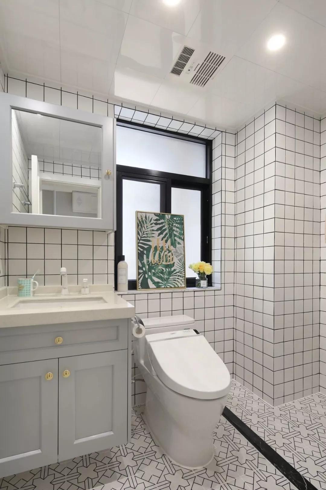 卫生间墙面铺设方形小白砖,跳跃灵动;黑色挡水条巧妙进行了干湿分离设计。