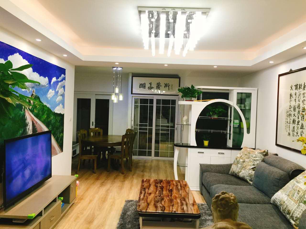 视线及下,选用了深色的沙发和纹路清晰的茶几,让原本浅色系的空间显得很有内容。