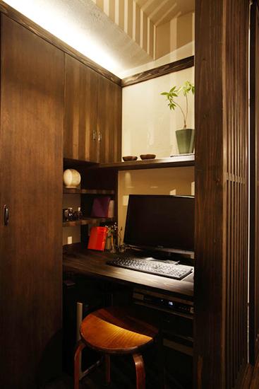 深木色的电脑桌,集收纳为一体,细腻的木材质感,踏实稳重,给人温和之余不失素雅。