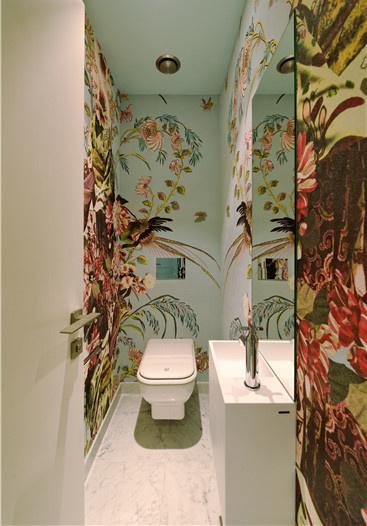 卫生间抛弃传统的纯白色大理石材料,改用绘有繁复花朵图案的墙纸,为浴室空间带来了热带雨林的醉人气息。