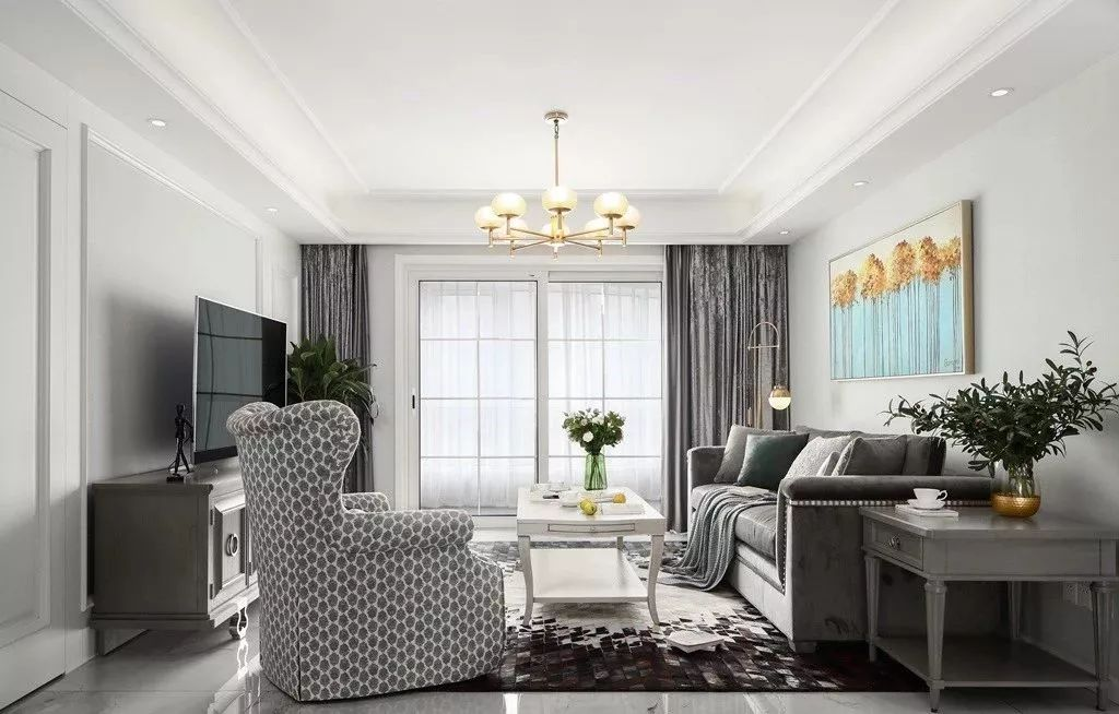 灰白色调的客厅通过软装载入了复古的铜色、矜贵的银色和活力的绿色,让这简约的布置中也充满了轻奢韵味。