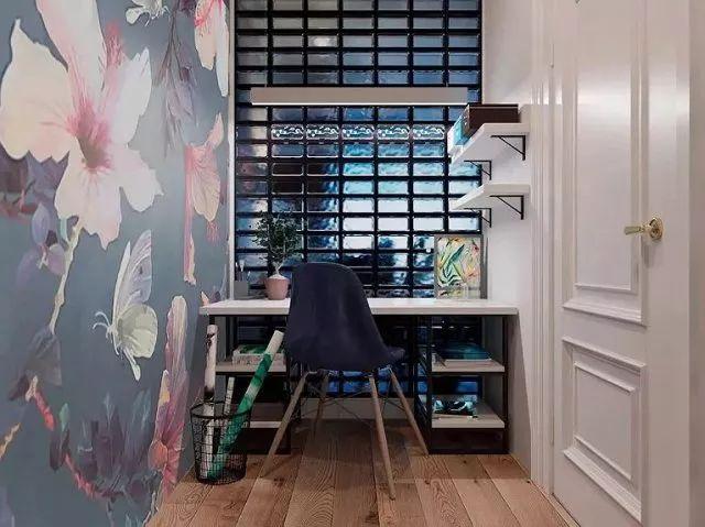 书房空间是大胆而张扬的,大幅的壁纸图案令小巧的工作区,变得丰富多彩。
