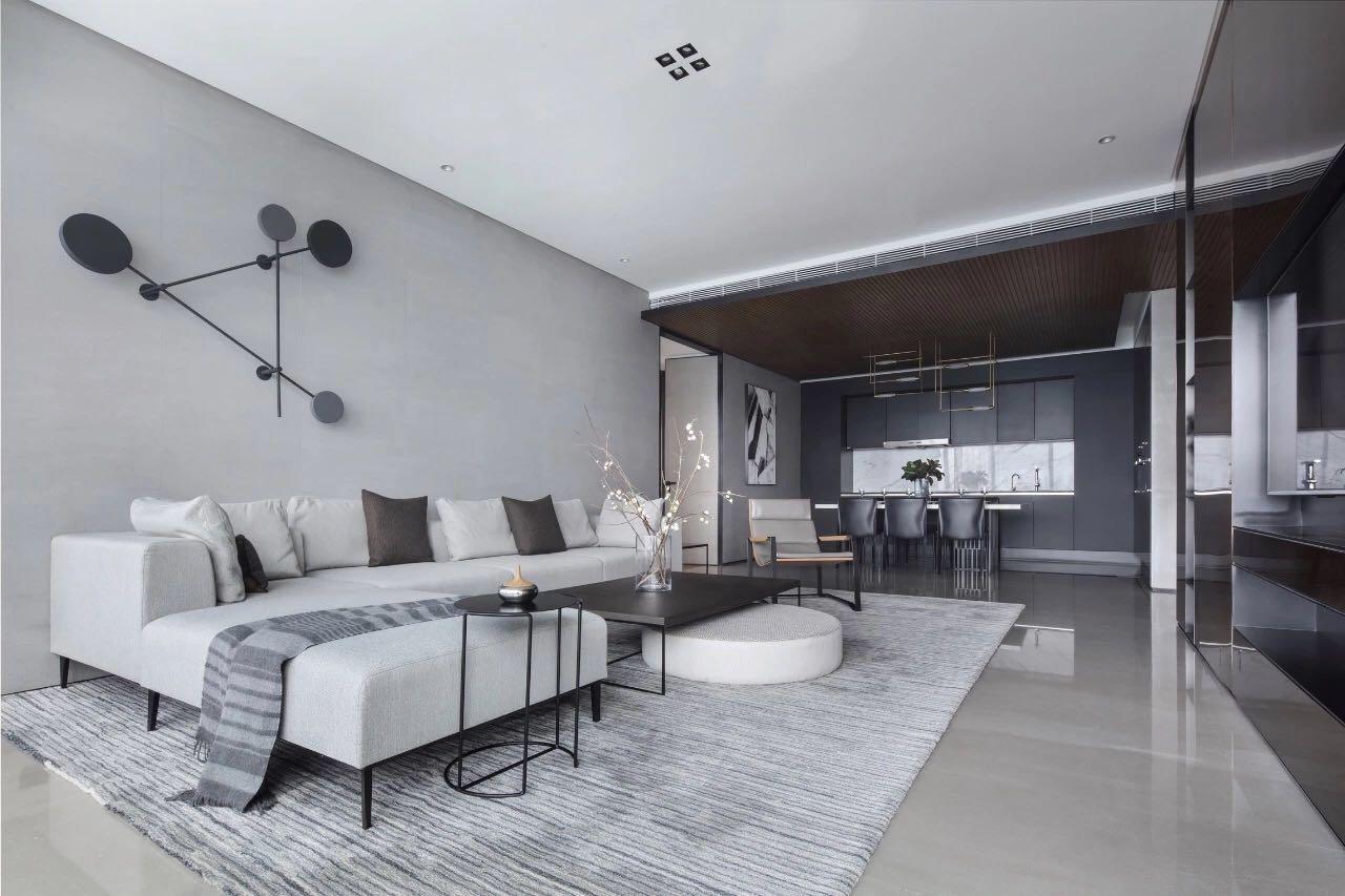 客廳背景牆非常簡約,以灰色爲主,局部使用了幾何造型裝飾,營造出簡潔明亮的氛圍。