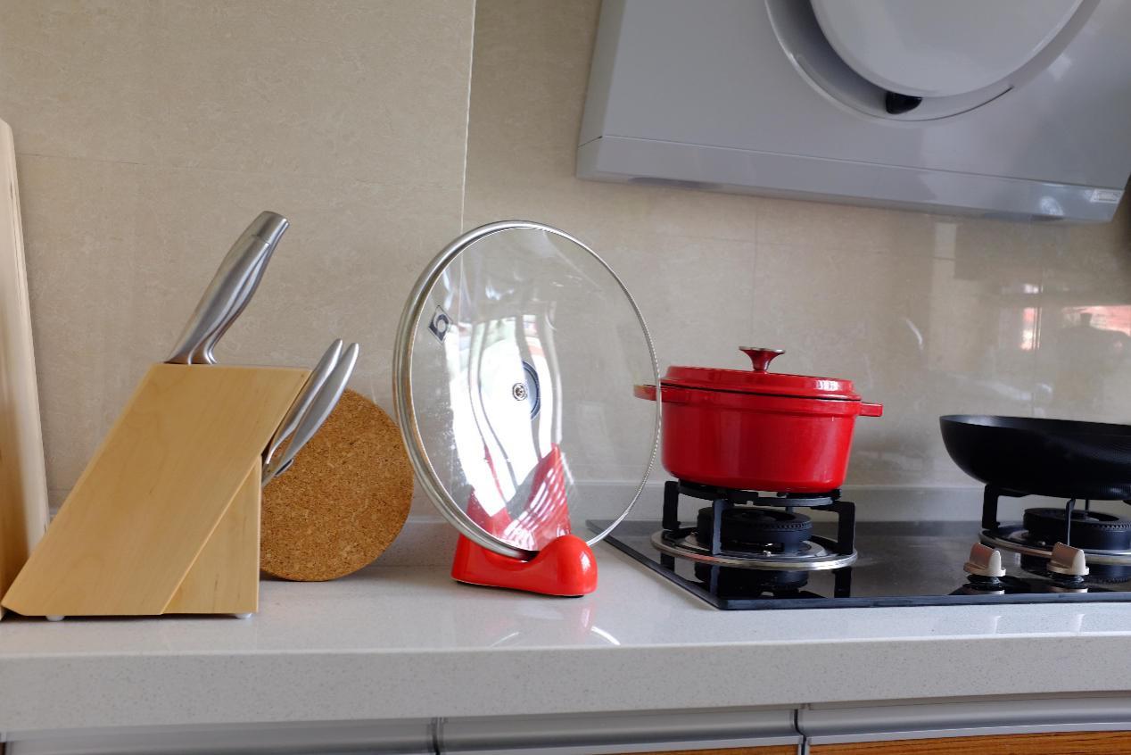 大红色给原本平淡的厨房添上浓墨重彩的一笔,女主人做饭时一定心情愉悦吧!