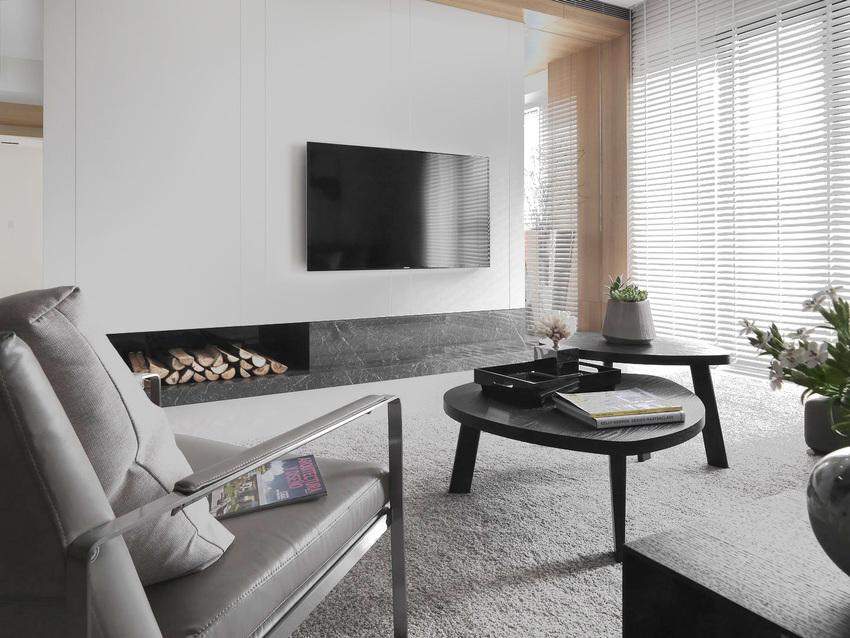 电视背景墙做到了极致的简单白墙上挂一面电视,连电视柜都没有。