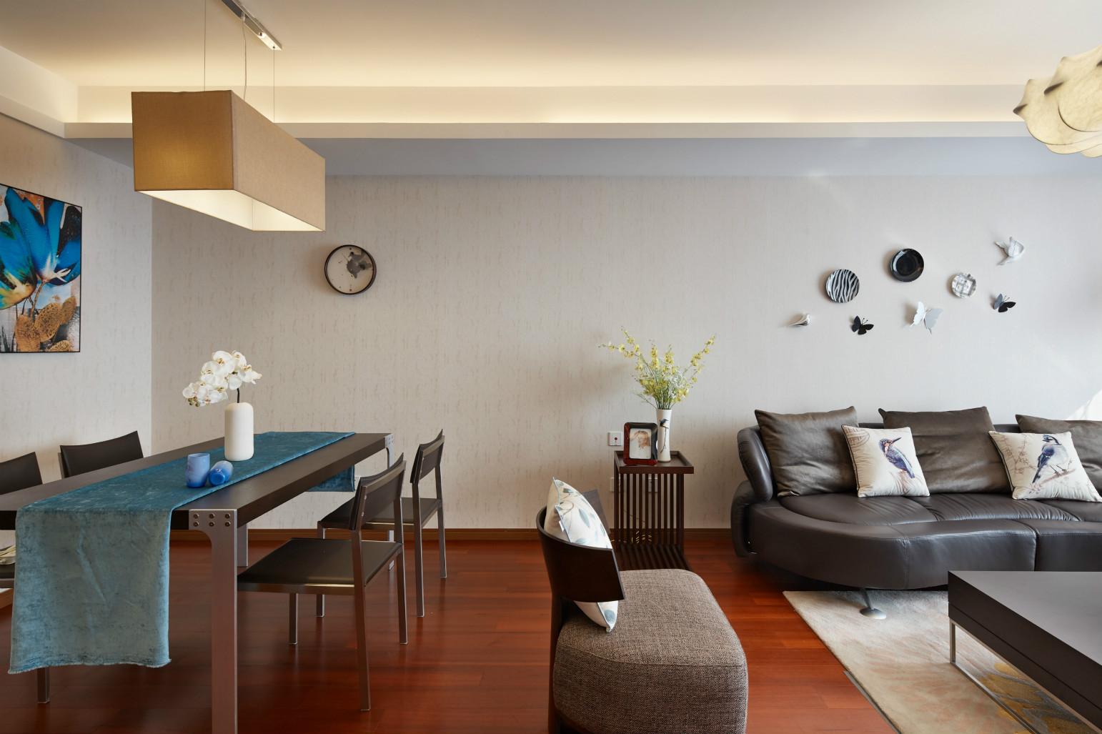 黑色的木质的餐座椅,搭配上方长方形的吊灯,这个餐厅区域温馨舒适