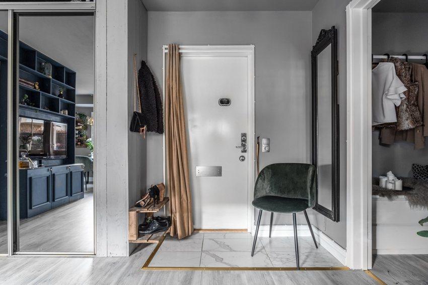 要使空间更宽敞,除了尽可能的使用玻璃镜子来延伸空间外,在一些收纳物件上也尽可能简单实用。