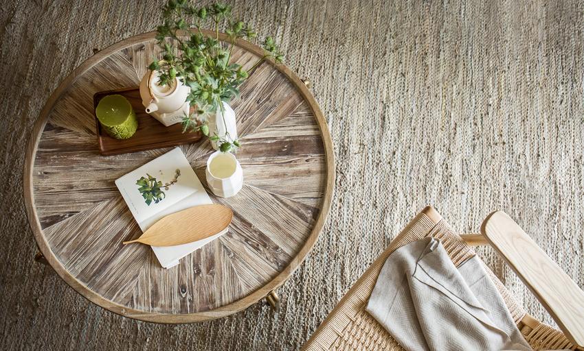饰品使用原木、粗麻、藤编等材质,加以绿色植物作为点缀,呈现原生态质感的度假氛围。