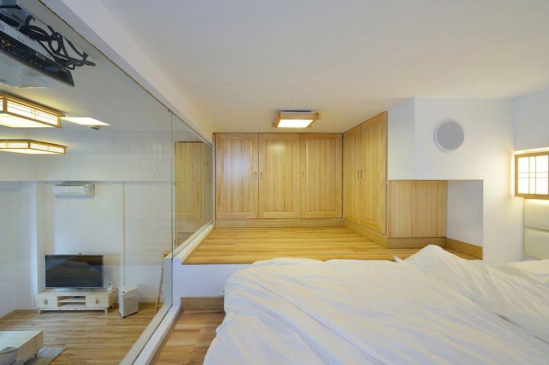 作为单身公寓,阁楼知识为了满足最基本的休息和储藏需求,大部分活动还是集中在楼下。