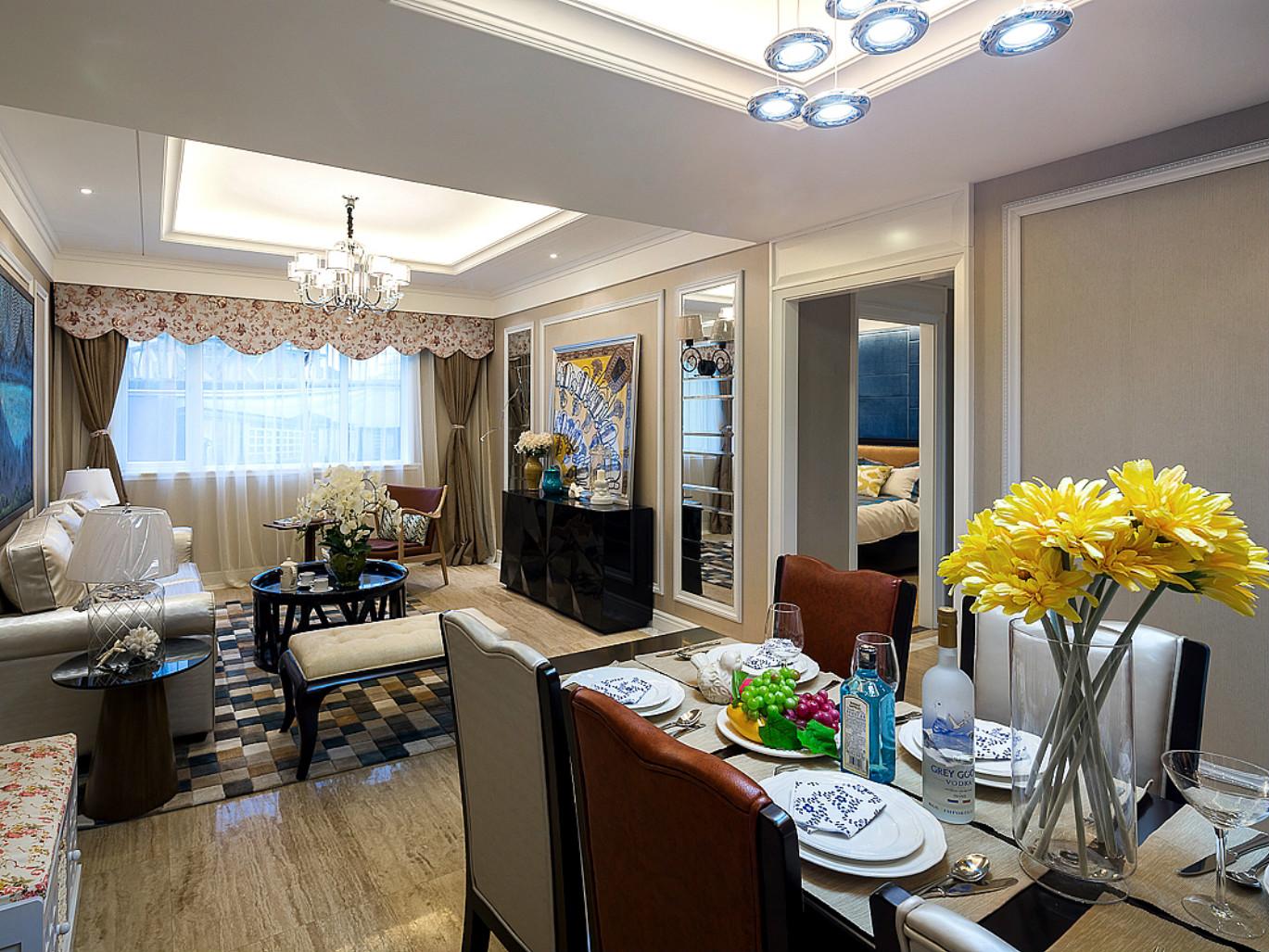 餐厅和客厅相互连接,餐桌后面设计了收纳柜,上方的空间也没放过,设计成为吊柜,这增加了不少的收纳面积。