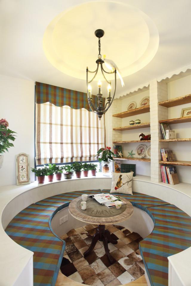 在客厅旁边单独设计一块区域,卡座设计,周围摆上盆栽,一块安静又相对私密的休闲阅读区域就建成了。