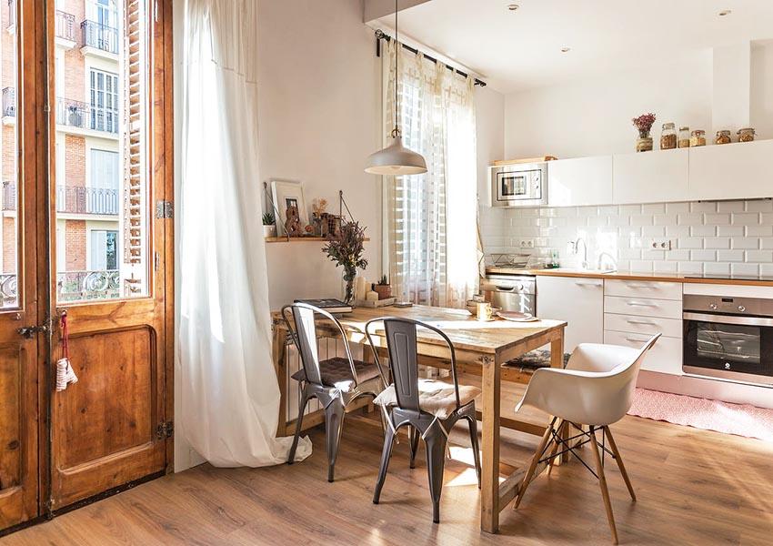 餐厅自然简单,架上小花和装饰品的点缀,让原本的原木色餐桌,更加自然生动。