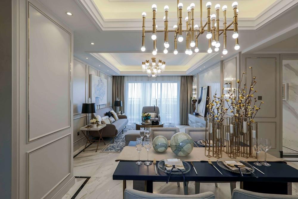 餐厅与客厅相连,线条精致流畅,配色婉约而又不失特色,吊灯设计华丽抢眼。