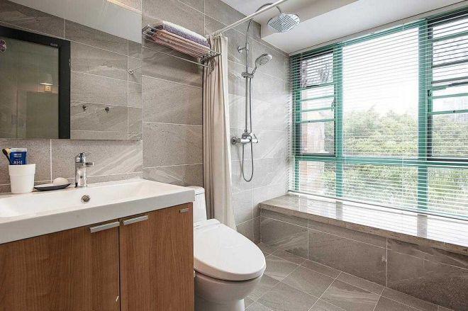 卫生间飘窗设计,可以放洗浴物品,大片窗户则方便浴室保持通风与干爽,改善阴暗潮湿问题。