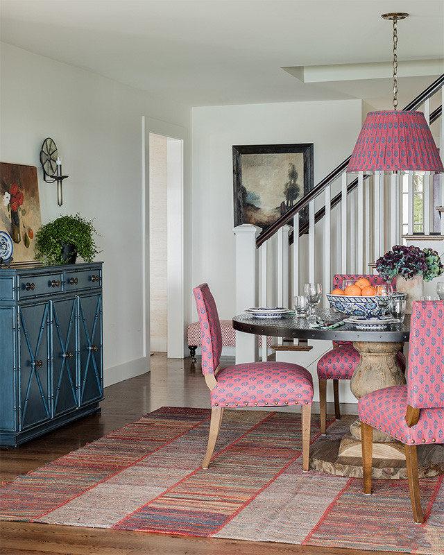 面积充足,所以宽大,厚重的家具也是田园风格中比较有特色的元素。