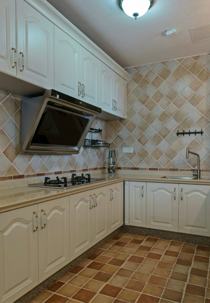 通体的白色橱柜,简约又时尚,方块瓷砖填补了白色带来的单调。