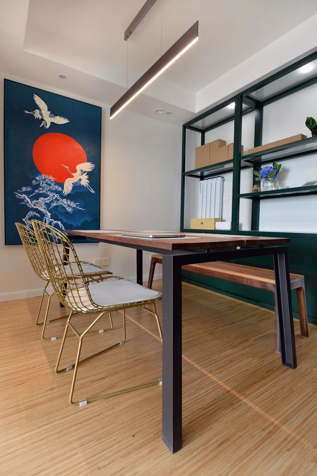 餐厅背景墙收纳柜,可以放置一些闲杂之物;一幅充满东方气息之画,为整个空间抹上一丝艺术色彩。