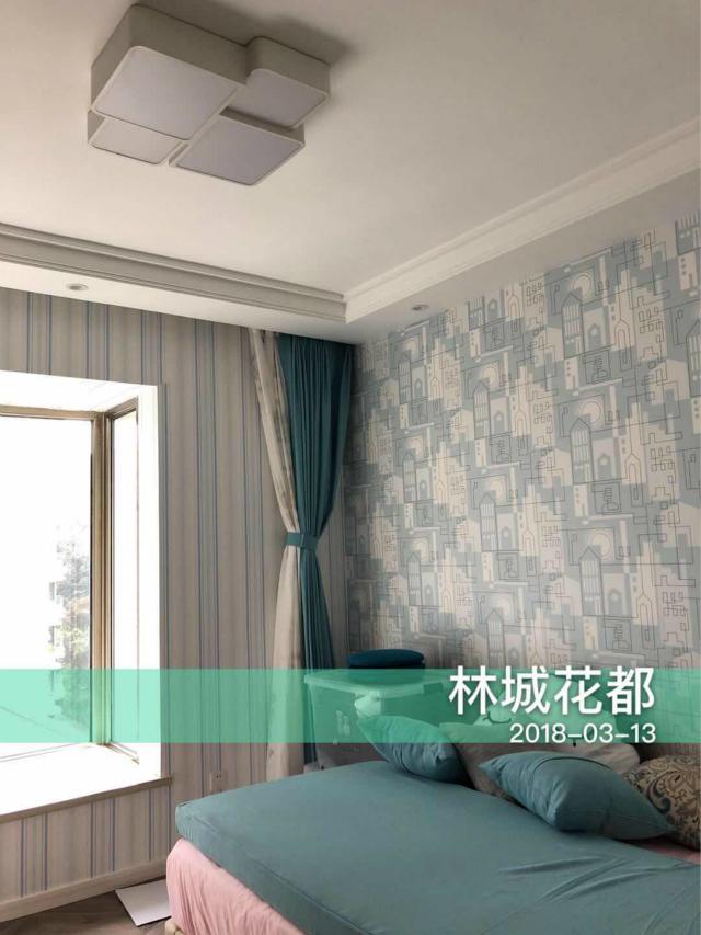 蓝色的窗帘与床品相呼应,清新淡雅,营造了一个温馨舒适的睡眠环境。