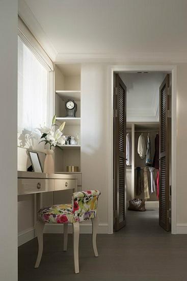 主卧更衣室结合木色百叶双开门扇,带入些许海岛国家的惬意度假氛围。