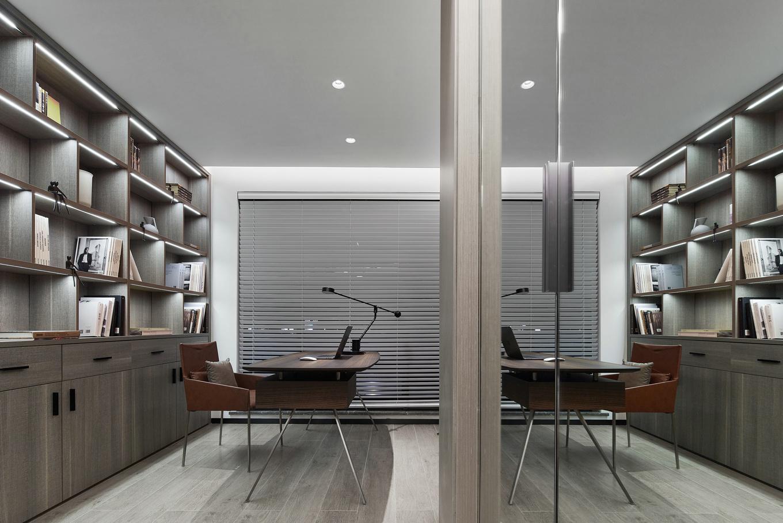 书房整体色调偏成熟稳重,收纳极强的书柜轮廓加入了灯管与吊顶筒灯,共同营造了静谧、舒适的感觉。