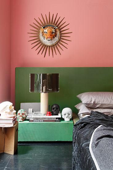 粉色的卧室墙面,绿色的双人床背景板,粉色与绿色的使用,大胆利用对比色。