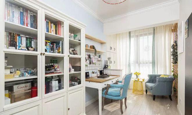 """书房内家具较多,所以看上去很""""充实"""",靠近落地窗放单人沙发,书柜旁放书桌,小小的空间实现了不少功能。"""