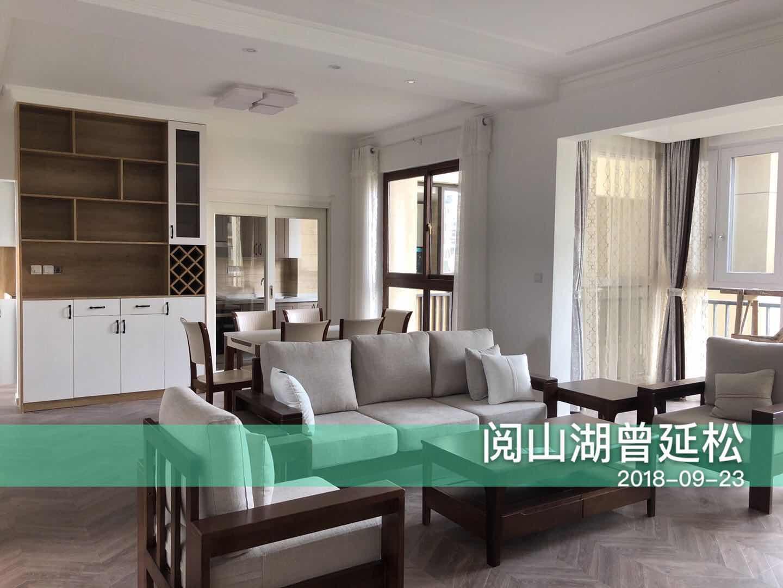 整个房子空间比较紧张,尽可能的让空间布局更加宽敞,设计中没有背景墙设计,更多的是色彩和饰品的衔接。