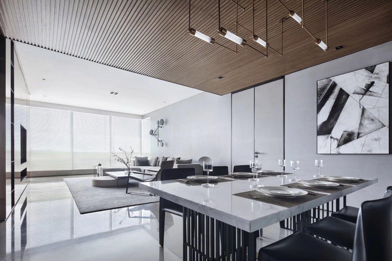 餐廳白色餐桌搭配黑色餐椅的設計,凸顯出空間的簡潔和自然,精致感十足。