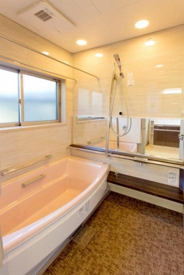 淡棕色瓷砖的墙壁,搭配棕色的地毯,尽显高档大气。宽敞的大浴缸,舒服感一涌而出。