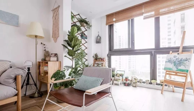 宽大的落地窗让空间光线十足,阳台上摆满了绿色植物,清新自然而又为空间增加生机。