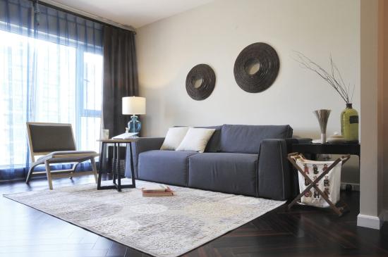 客厅的设计上,一面落地窗便将空间的通透性提高了很多,再加上简约风格的家居就让整个空间明亮、自由了很多