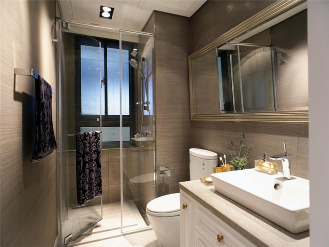 卫生间用玻璃将浴室隔开,灰色的墙面和白色吊顶。