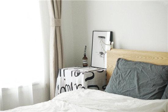 主卧的主色调是白+原木,我们坚持卧室只要担负起睡觉的功能就好了,所以没有衣柜、没有斗柜没有电视。
