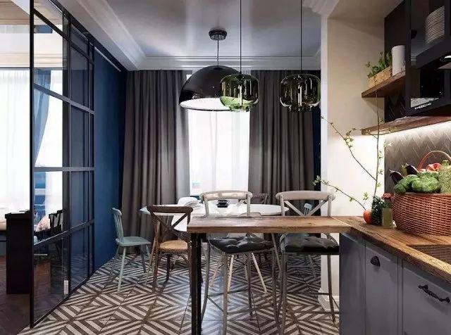 客厅区域延伸直通厨房台面,分隔区域用玻璃推拉门营造通透式开放效果,空间相互渗透,让家与自己零距离。