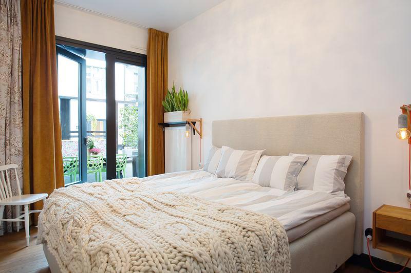毛线总是能让人感到温暖,再加上泛黄的床头灯让卧室更加升温,直接通往阳台的门保证了通风。