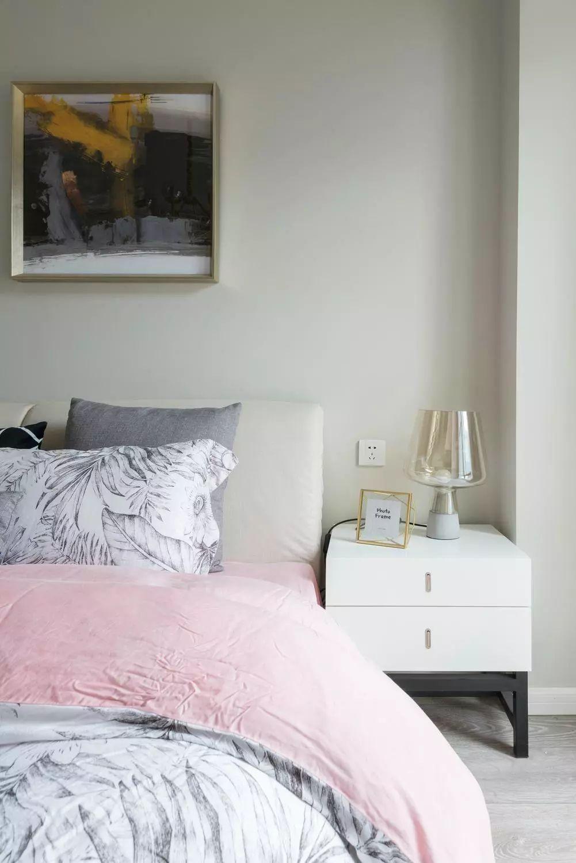 舒适的床品,精致的玻璃台灯,营造温馨静谧的就寝氛围。