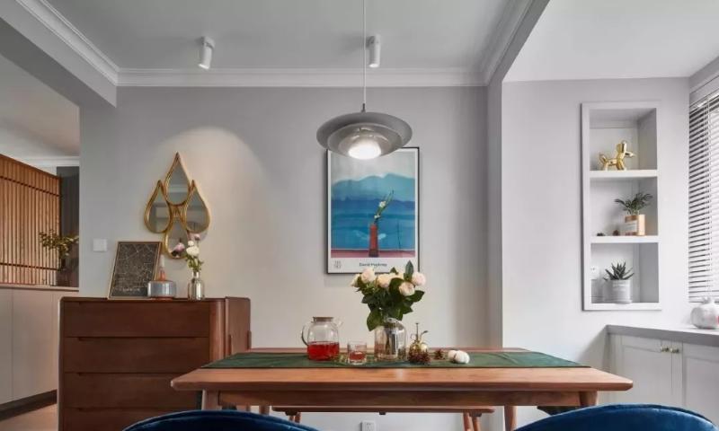 餐桌区配2把单椅再搭配一条长凳,打破传统的一桌四椅。餐边柜上方的铜镜通过镜面的折射,充满空间的趣味性