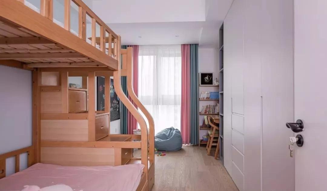 实木高低床搭配置顶储物柜,实用又美观。黑板的使用,既可以教孩子学习,又可以让他们发挥想象作画。