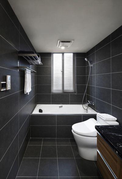 浴缸、座便器、台盆依次排开,黑与白占据整个空间,简约沉稳的家又多了一点酷劲。
