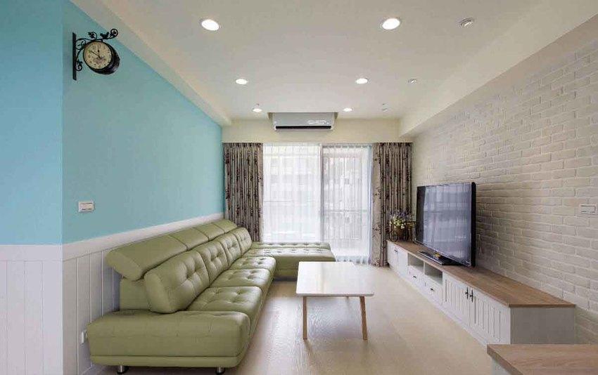 文化石墙面结合线板电视柜,搭配花卉图案窗帘和吊钟,乡村风格的营造一气呵成。