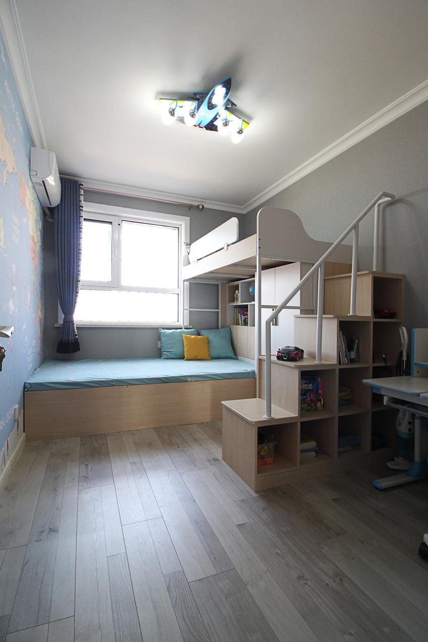 重点是儿童房的设计布局,通横向与竖向的交错,让双层上下铺的儿童床合理的摆放,不影响采光效果。
