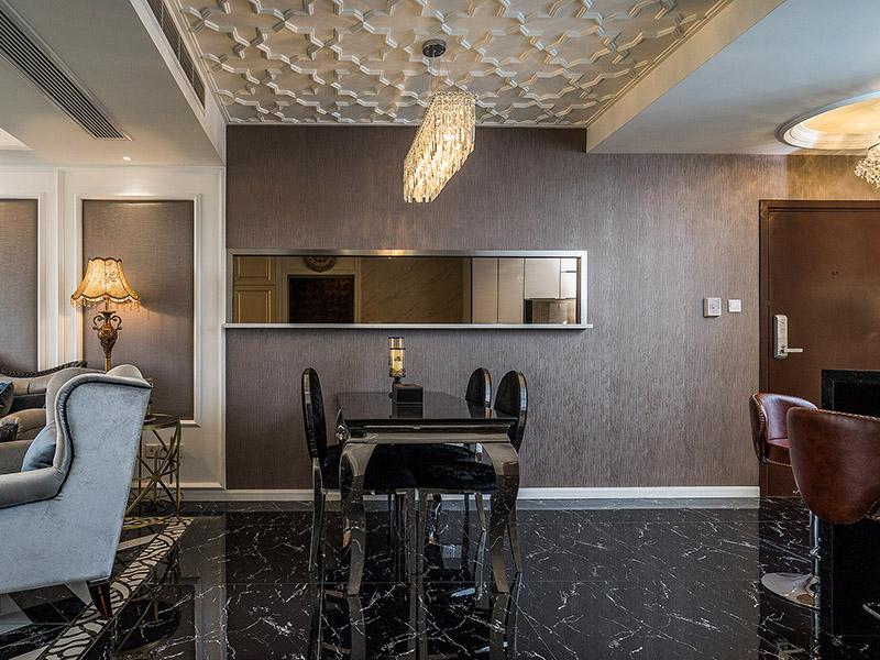 流线型黑色亚克力材质的餐桌,横平竖直的果断线条,显示出极强个性。